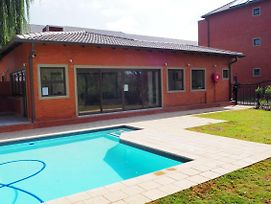 Or Tambo Self Catering Apartments photos Exterior