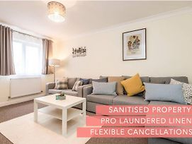 Family Friendly 3 Bed House By Airport - Sleeps 10 photos Exterior