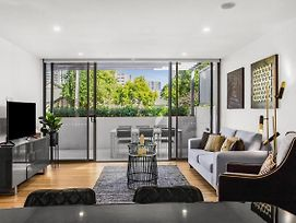 Elegant 3 Bedroom - 2 Level Townhouse In The Heart Of Surfers Paradise photos Exterior