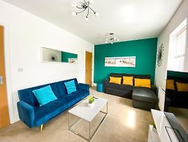 Knights House With Free Parking And Netflix! Perfect For Contractors, Families & Groups By Yoko Property photos Exterior