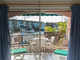 Cheerful Waterfront Villa, Sleeps 6, Walk To Beach photos Exterior