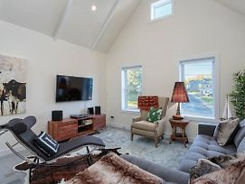 Unique Character Home, Soaring Ceilings! photos Exterior