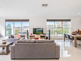 Modern Unit With Balconies Near Melbourne Airport photos Exterior