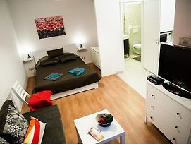 Cool Downtown Apartment photos Room