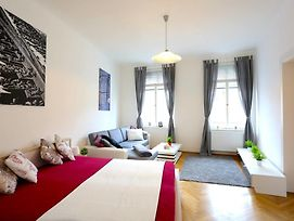 Large Wenceslas Square Apartment For 10 Guests photos Exterior