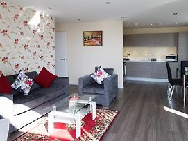 Penthouse With Parking & Big Balcony 2 Mins Walk To Station photos Exterior