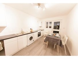 Newly Refurbished 2-Br Flat For 5 In London photos Exterior