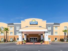 Days Inn & Suites By Wyndham Savannah North I-95 photos Exterior