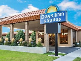 Days Inn & Suites By Wyndham Logan photos Exterior