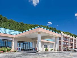 Howard Johnson Hotel & Conference Center By Wyndham Salem photos Exterior
