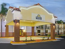Days Inn & Suites By Wyndham Tampa Near Ybor City photos Exterior