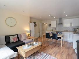 Stylish 4 Bedroom Property In East London photos Exterior