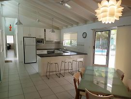 15 Larapinta Court - Family Home With Swimming Pool In A Quiet Street And Central Location Close To Cbd photos Exterior