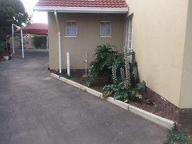 Tlhabi And Tshidi Guest House photos Exterior