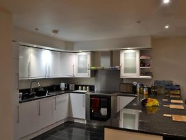 Lovely 2 Bed Modern Flat In The Heart Of Swindon photos Exterior