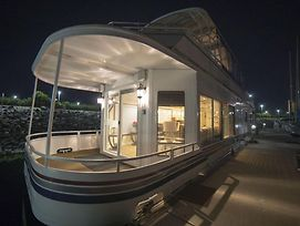 Houseboat photos Exterior
