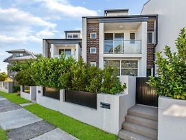 Relax In A Spacious & Modern Townhouse In Asquith photos Exterior