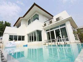 Anb Pool Villa 4Br Beachfront In Pattaya photos Exterior