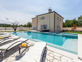 Luxury Villa With A Swimming Pool Vilanija, Umag - 17623 photos Exterior