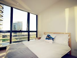 Onelife Docklands Luxury Apartment photos Exterior