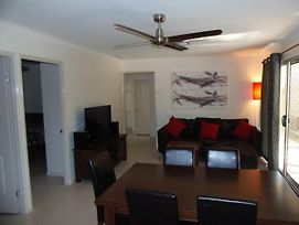 Palmgrove 2 - Rainbow Beach, Pet Friendly, Fully Fenced, Air Conditioned, Five Minutes To Beach photos Exterior