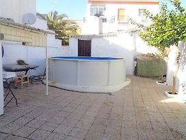 Appointed 4 Bedroom House Featuring A Garden And A Swimming Pool! photos Exterior