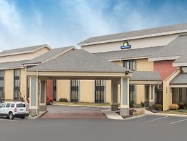 Days Inn By Wyndham Indianapolis Northeast photos Exterior