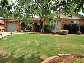 Tidy Home In A Leafy Suburb, Great Location photos Exterior