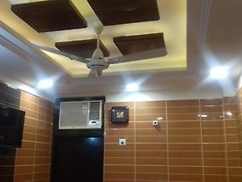 Posh S.Delhi Foreigners Place Luxury Room With Fully Equipped Attached Kitchen And Attached Washroom, Very Safe And Secure Peaceful Area With All The Comforts Of Your Sweet Home photos Exterior