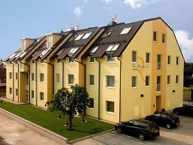 Modernes-Apartment-In-Schwechat photos Exterior