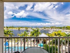 Free Wifi, Self Check In & Out, Amazing Pool, Bay & Skyline View, Non-Smoke photos Exterior