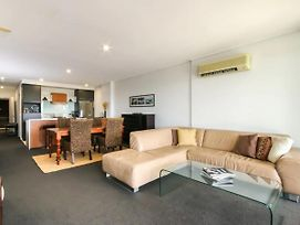 Large 3 Bedroom Apartment With River Views Near The Stadium photos Exterior