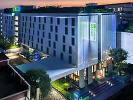 Holiday Inn Express Bangkok Soi Soonvijai photos Exterior
