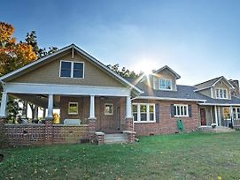 Gorgeous Cleveland House On 1.5 Acres W/ Porch! photos Exterior