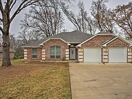 Quiet Lindale Home - 10-Min Walk To Love And War! photos Exterior