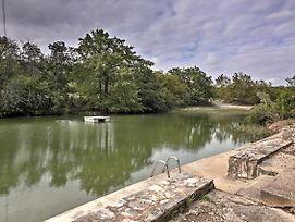Hunt Home With Deck And 2 Kayaks On The Guadalupe River photos Exterior