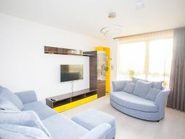 Modern And Bright Apartment With Free Parking photos Exterior