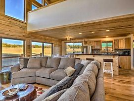 Private Cabin W/ Deck, Fireplace + Mtn Views! photos Exterior