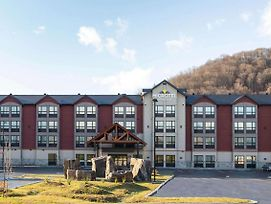 Microtel Inn & Suites By Wyndham Mont Tremblant photos Exterior