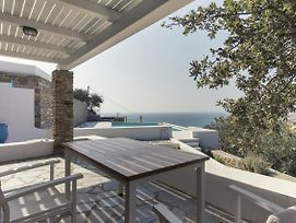 Apartment With A Sea View And 65Sq Meters Swimming Pool, Ideal Fro A Small Family Or Group Of Friends. photos Exterior