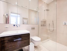 Beautiful And Spacious 2 Bed/2 Bath Property Just Moments From Earls Court photos Exterior