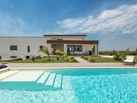Leverano Villa Sleeps 2 With Pool And Air Con photos Exterior