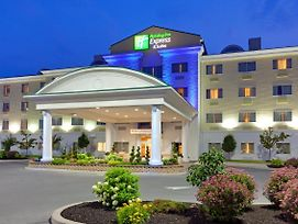 Holiday Inn Express Hotel & Suites Watertown-Thousand Island photos Exterior