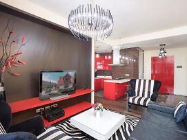 Northern Avenue 2 Bedroom Luxury Apartment With Balcony View Small Center. photos Exterior