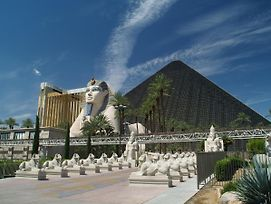 Luxor Hotel & Casino By Suiteness photos Exterior