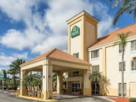 La Quinta Inn And Suites By Wyndham Orlando Universal Area photos Exterior