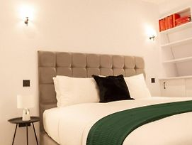 Luxurious 1 Bedroom Apartment By Victoria Station photos Exterior