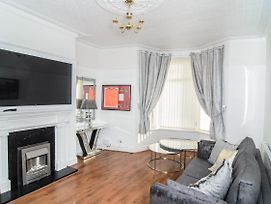 Luxury Home Near Anfield Stadium,3 Bedrooms ,1 Living Room,Kitchen,Garden photos Exterior