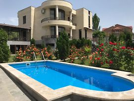 White Luxury Villa With Swimming Pool In City Center photos Exterior