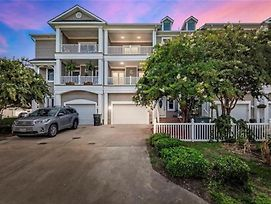 A Wave From It All- Stunning 3 Story Town House photos Exterior